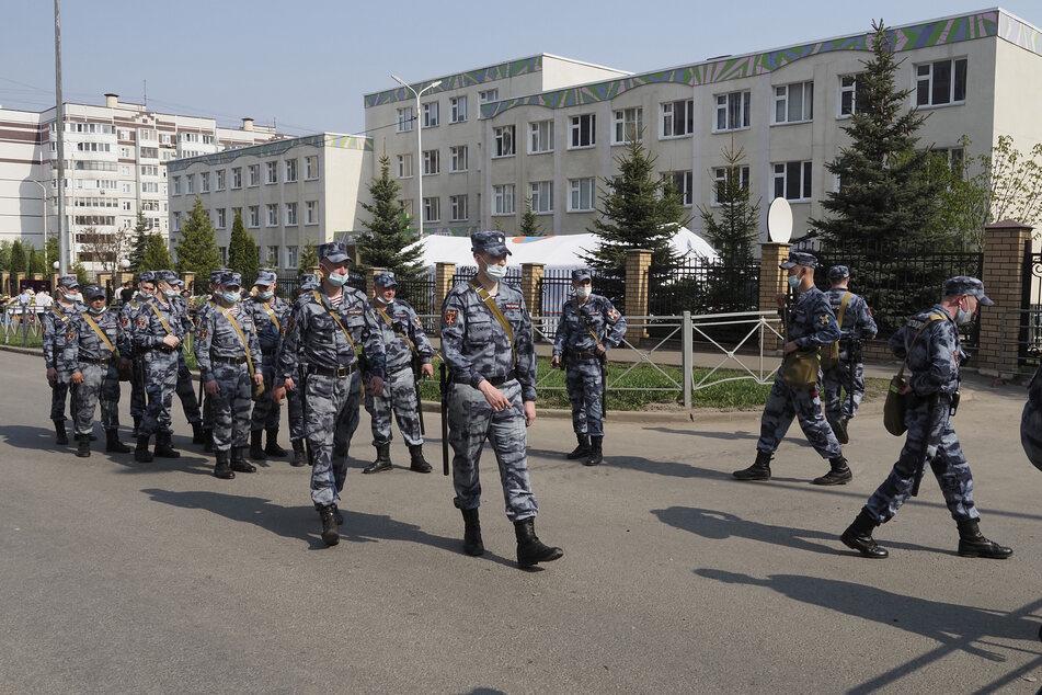 Russische Rosguardia (Nationalgarde) Soldaten am Tag nach dem Angriff vor einer der russischen Schule.