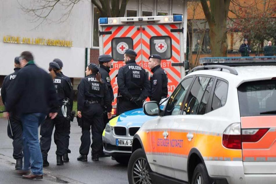 Ein Großaufgebot von Polizei und Rettungskräften ist am Dienstag an der Schule in Lünen im Einsatz.