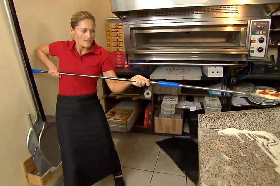 Helene, was machst du denn hier?! Statt auf der Bühne zu stehen, bäckt der Schlagerstar plötzlich Pizza?!