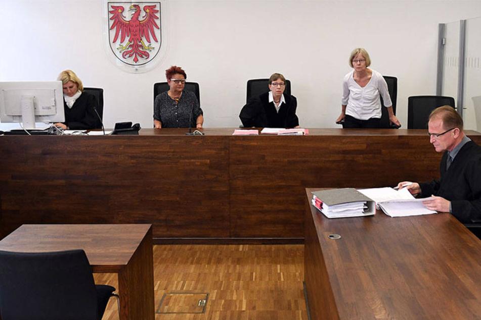 Im Saal 9 des Justizzentrums sitzt am 15.05.2017 in Potsdam (Brandenburg) vor der Verhandlung gegen den Organisator der Potsdamer Pogida-Demonstrationen, Christian Müller, sein Anwalt Wolfram Narath (r).
