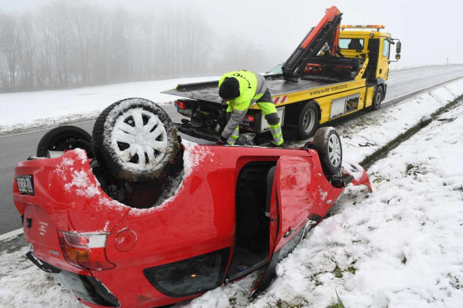 Ein Kleinwagen überschlug sich auf einer Straße nahe Isny im Allgäu.
