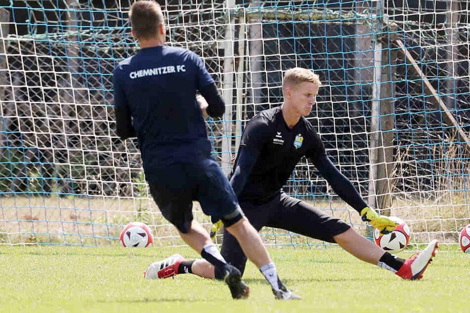 Reserve-Torhüter Florian Sowade, hier im Duell mit Daniel Frahn, ramponierte sich im Training die Nase. Gegen Berlin steht er trotzdem bereit.