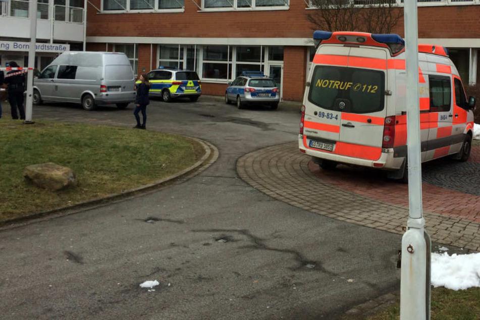Mit einem Großaufgebot sicherte die Polizei nach der Tat das Schulgelände ab.
