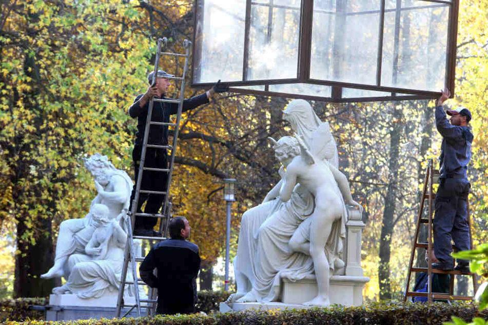 Mitarbeiter des Grünflächenamtes hausten am Dienstag die Schillingschen Figuren am Schlossteich ein.