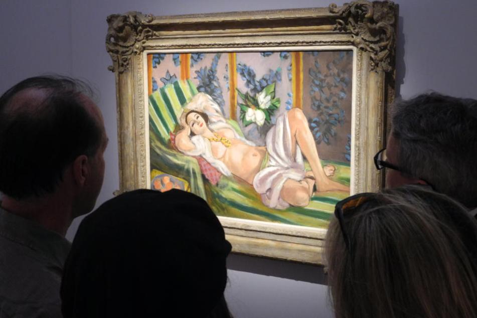 Besucher betrachten das Gemälde «Odalisque couchee aux magnolias» von Henri Matisse.