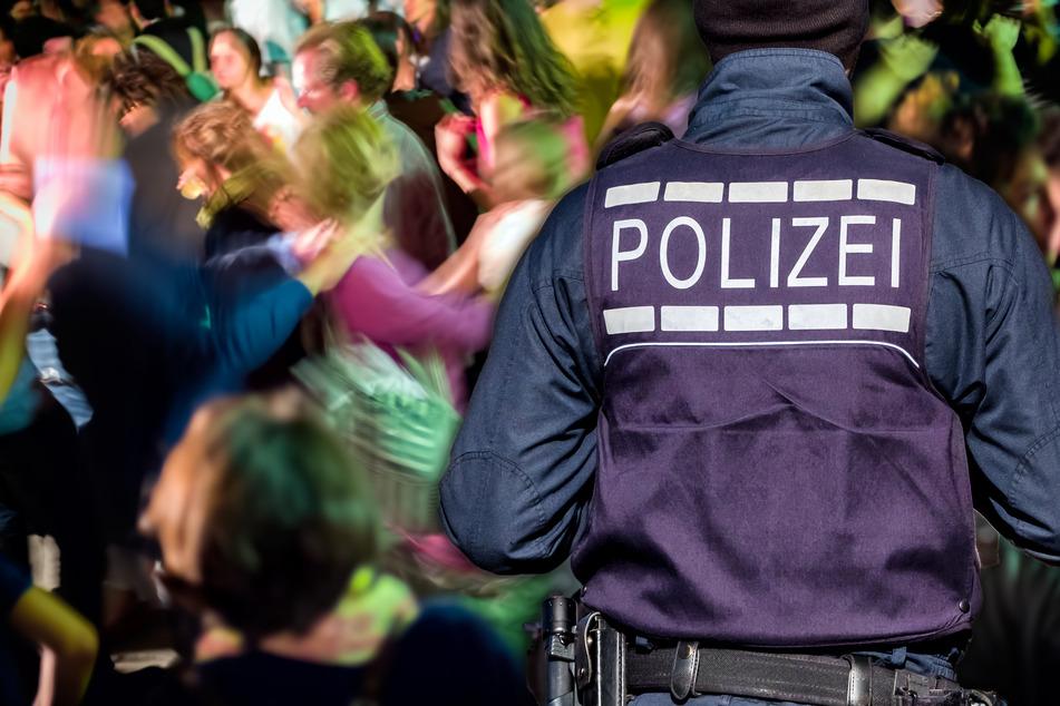 Party gerät völlig aus dem Ruder: Feierwütige gehen auf Polizisten los