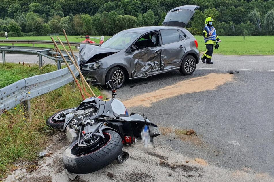 Auf der B80 nahe Arenshausen verletzte sich ein Motorradfahrer bei einem missglückten Überholversuch schwer.