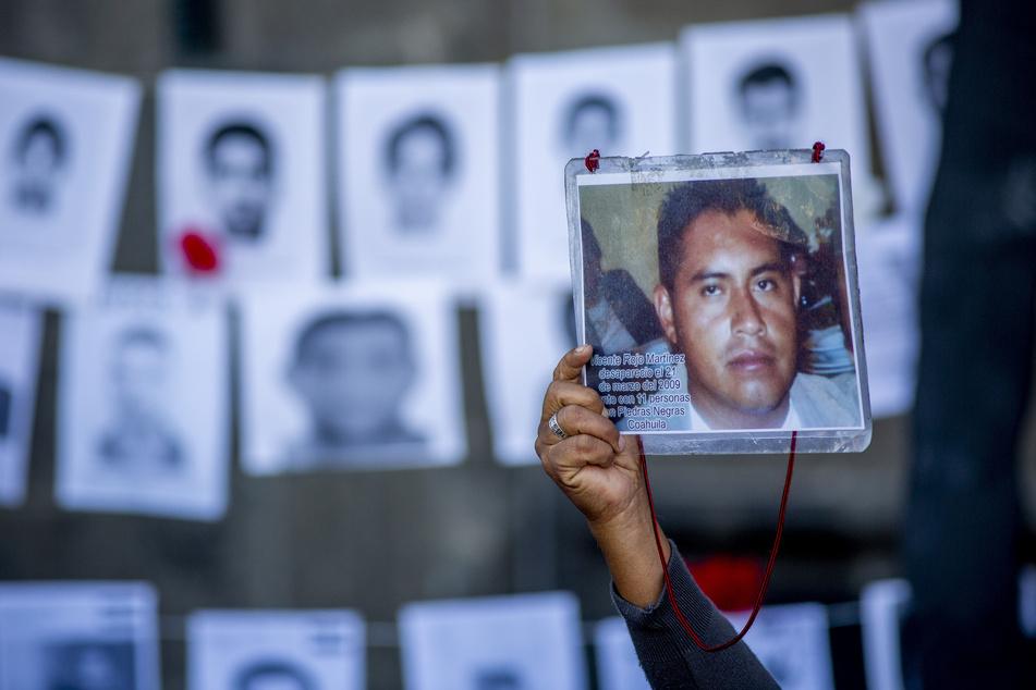 Mexiko-Stadt: Ein Mann zeigt das Bild seines 2009 verschwundenen Sohnes bei einem Protest in der mexikanischen Hauptstadt.