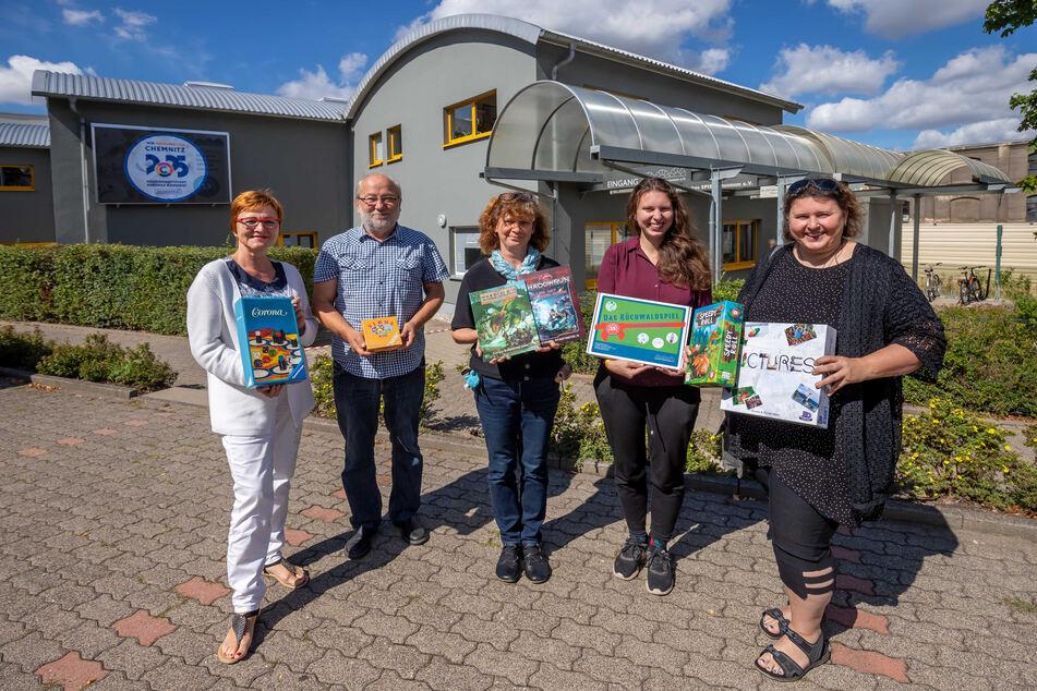 Das Leben ist ein Spiel: Marion Reimann (l.), Vorstand Eberhard Neumann (68), Archivarin Iren Friedrich (54), Sarah-Ann Orymek (25) und Gabriele Orymek (49).