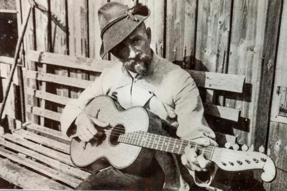 Ihm würde die moderne und doch recht traditionelle Version seines Liedes sicher gefallen: Liedermacher Anton Günther (1876-1937).