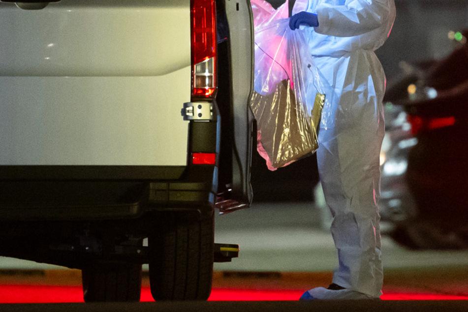 Ein Kriminaltechniker bringt einen Plastikbeutel zum Wagen. Bei einer Explosion in einem Verwaltungsgebäude von Lidl sind am Mittwoch drei Personen verletzt worden.