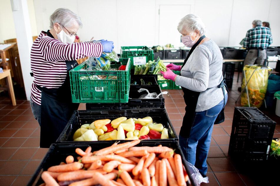 """Ehrenamtliche Mitarbeiter der """"Hannöverschen Tafel"""" bereiten die Ausgabe der Lebensmittel in einer kirchlichen Einrichtung am Mühlenberger Markt vor."""