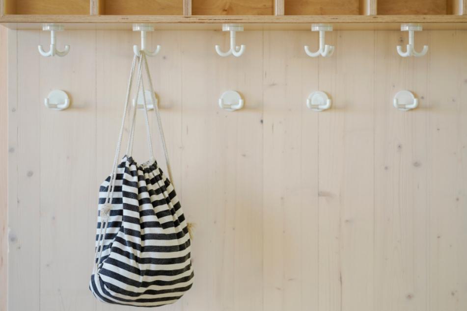 Alle schon ausgeflogen: Bis auf den Turnbeutel eines Kindes ist die Garderobe der Kita leer. (Symbolbild)