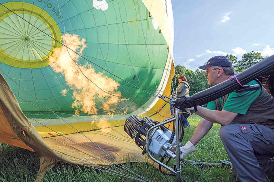 Ordentlich Zunder geben: Pilot Udo Scheunig macht gerade seinen Ballon startklar.