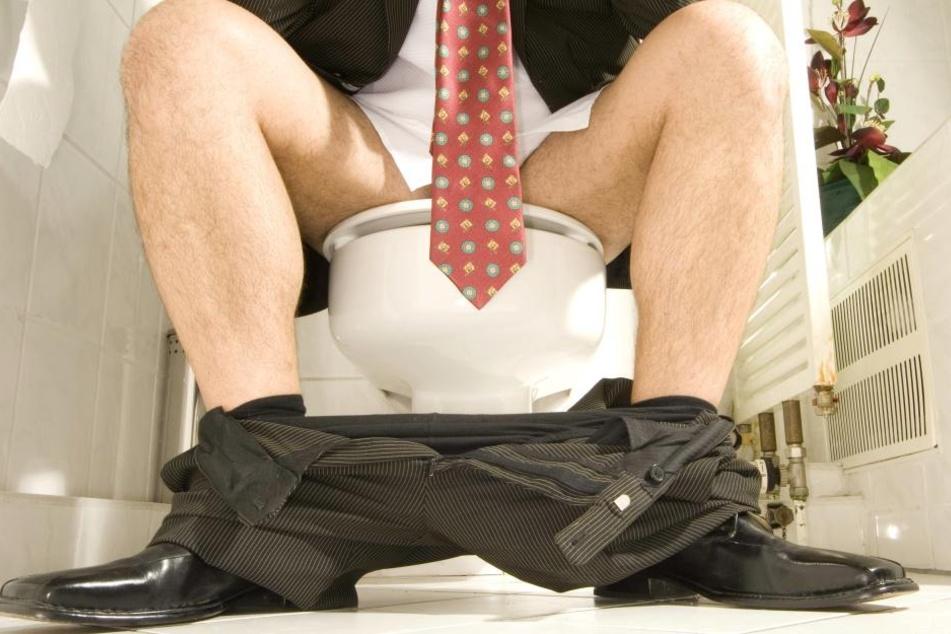 Auf der Toilette wie auf einem Stuhl sitzen? Solltet Ihr lieber nicht tun!