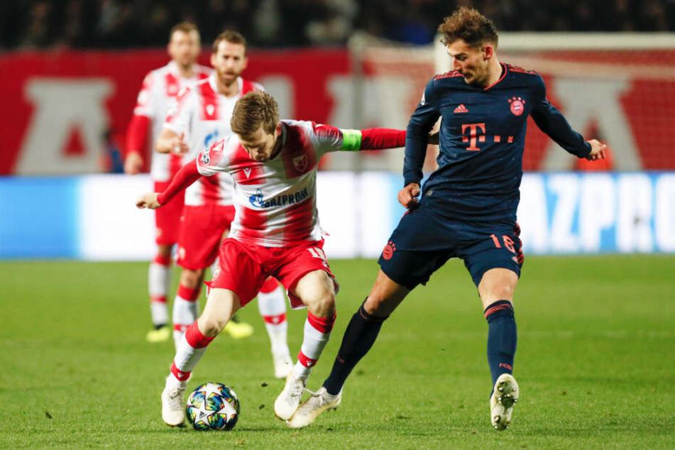 Marko Marin (l.) spielte in dieser Saison in der Champions League mit Roter Stern Belgrad gegen den FC Bayern München. Hier schirmt er den Ball gegen Leon Goretzka ab.