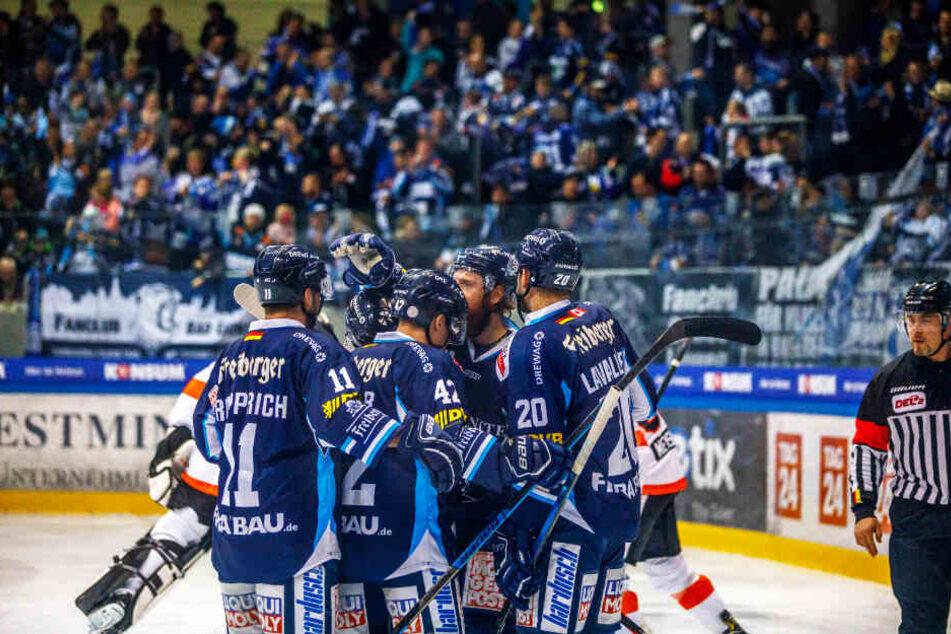 Bereits nach zwei Minuten feierten die Eislöwen den Treffer Thomas Pielmeier (2.r. in der Jubeltraube).