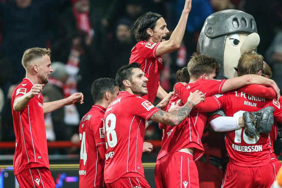 Die Mannschaft feiert mit dem Maskottchen Ritter Keule nach dem Treffer zum 2:0.