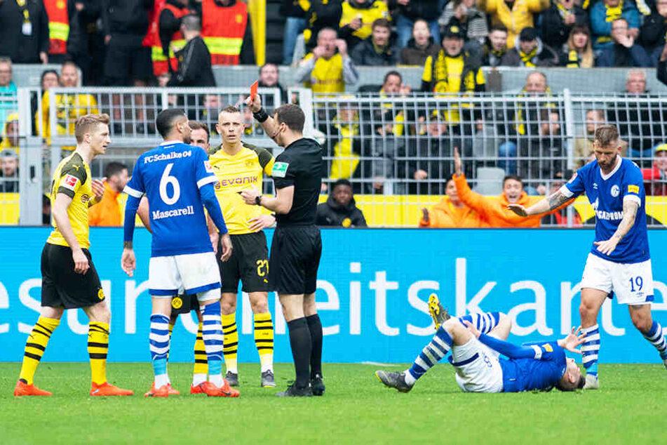 BVB-Kapitän Marco Reus (l.) kassierte nach einer heftigen Grätsche gegen Suat Serdar (Zweiter von rechts) die Rote Karte.