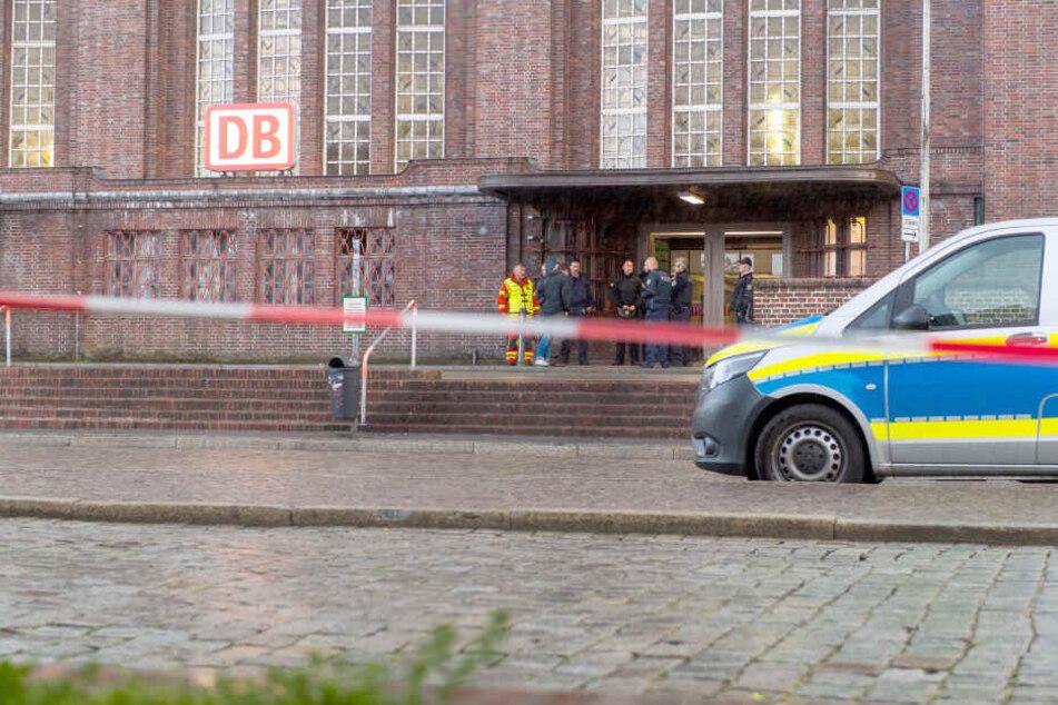 Wegen einer Bombendrohung wurde der Bahnhof Flensburg am Samstagabend gesperrt.