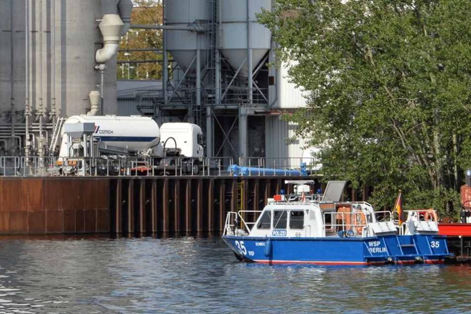 Auch ein Boot der Wasserschutzpolizei war bei den Löscharbeiten dabei (Symbolbild).
