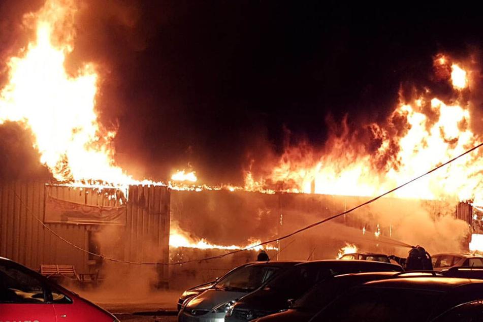 Eine Halle auf dem Gelände brannte in voller Ausdehnung.