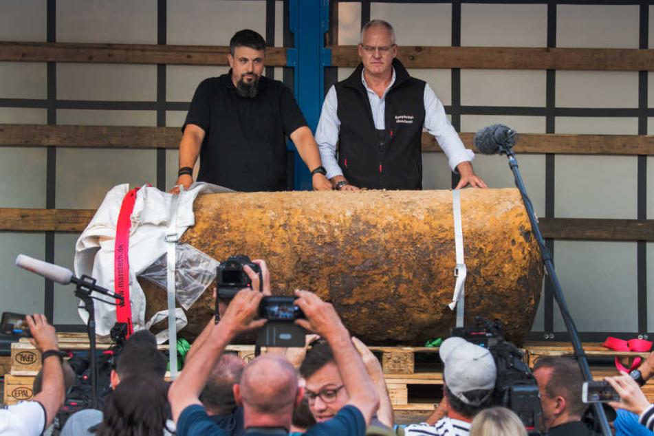 Die Sprengmeister posieren mit der entschärften Weltkriegsbombe.