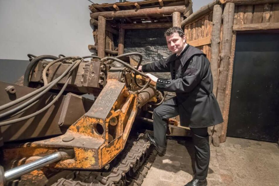 Nach 31 Jahren wird in Oelsnitz auch die Dauerausstellung in Rente geschickt. Museumsleiter Jan Färber (39) an einer Teilschnittmaschine, die in der neuen Ausstellung gezeigt werden soll.