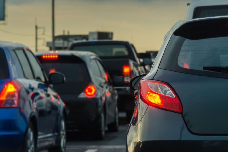 Auf der Bundesautobahn 553 staute sich der Verkehr durch die Sperrung der Auffahrt. (Symbolbild)