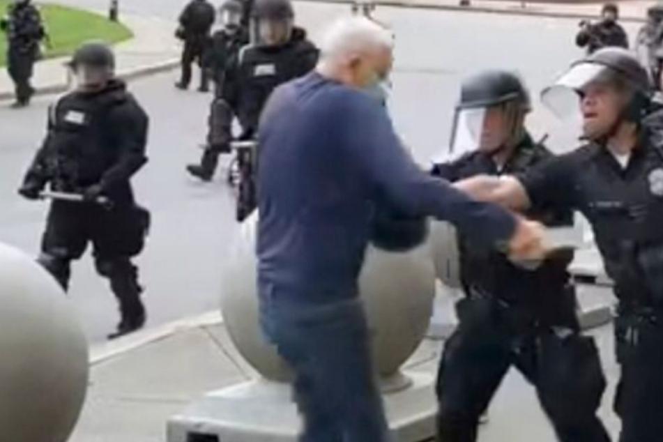 Polizisten stoßen Demonstranten, lassen ihn schwer verletzt liegen: Zwei Beamte suspendiert!