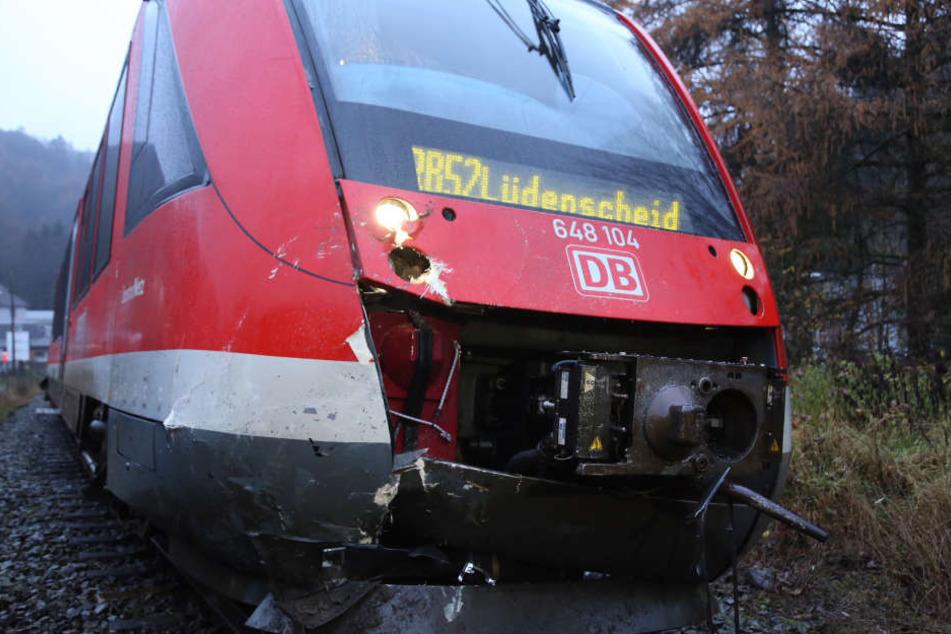 Der Regionalzug in Richtung Lüdenscheid konnte nicht mehr rechtzeitig anhalten und raste in das Auto.