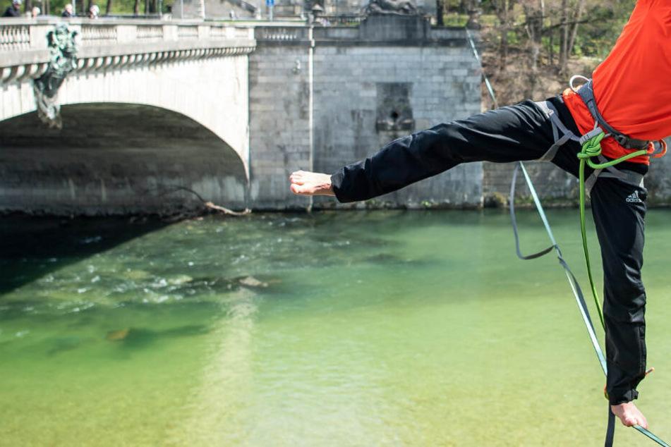 München: Slackliner rettet Paar in München vor Wasserwalze