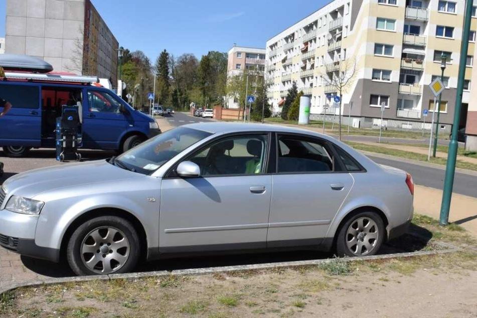 Der Mann wurde tot in diesem abgestellten Auto aufgefunden.