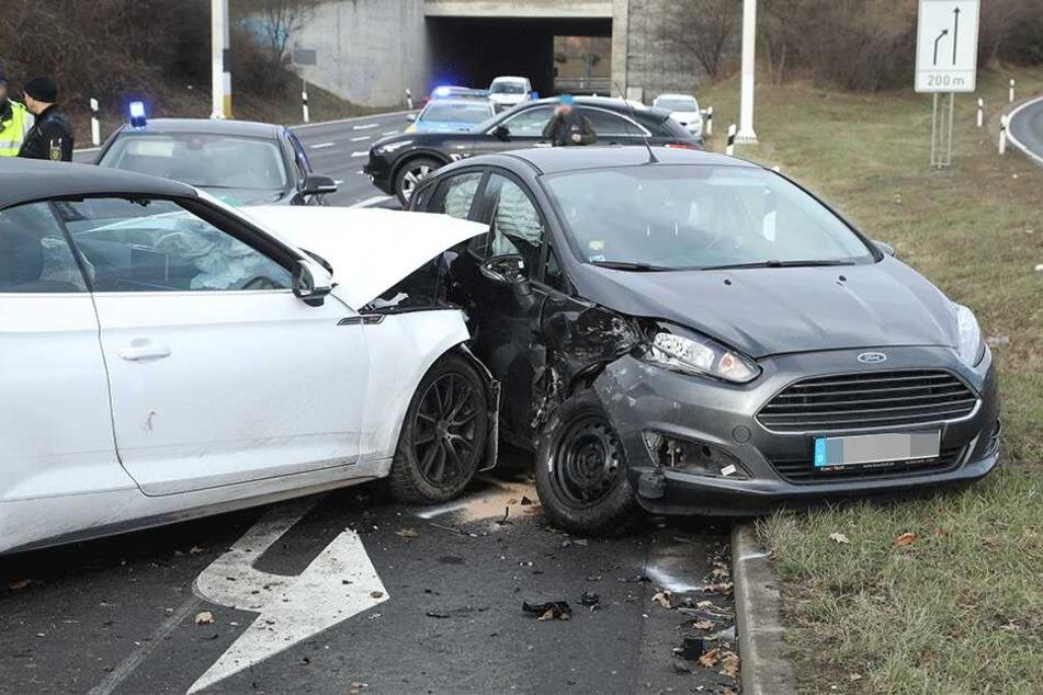 Der Ford Fiesta wurde seitlich voll erwischt.