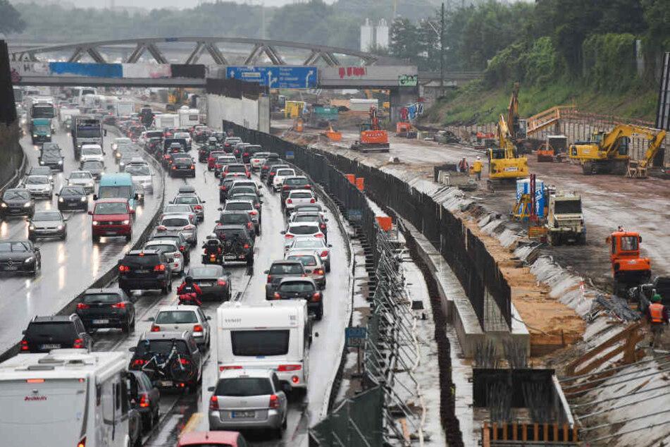 NRW forciert die Sanierung kaputter Straßen, Brücken und Radwege. (Symbolbild)