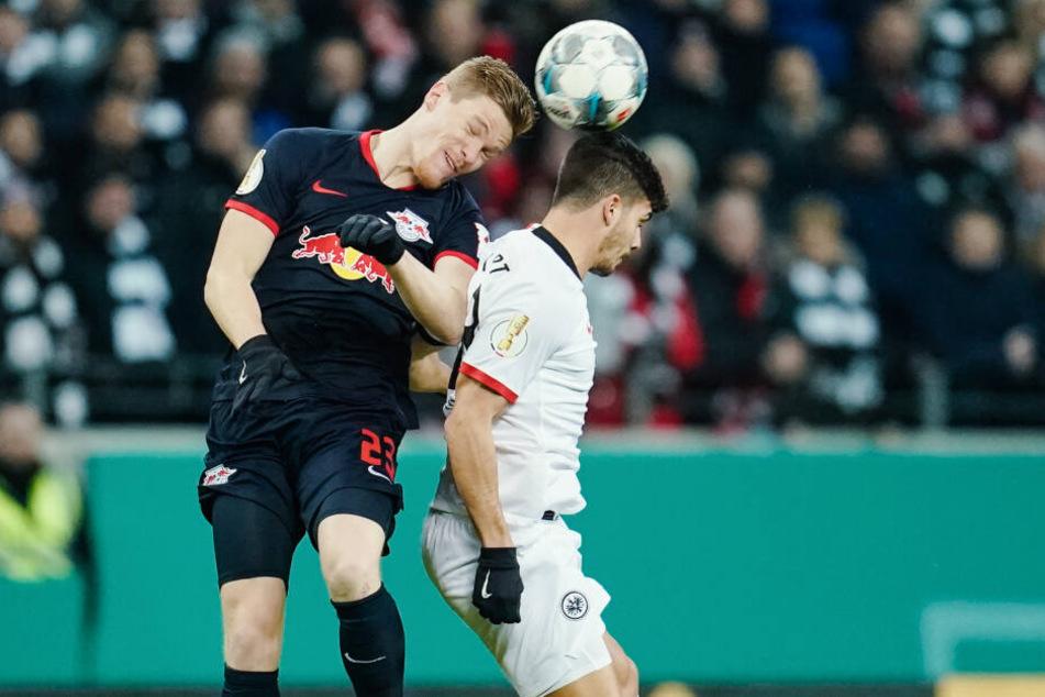 Leipzigs Marcel Halstenberg setzt sich im Kopfballduell gegen Frankfurts Torschützen André Silva durch.