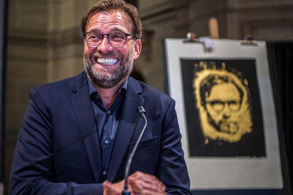 Scheint Spaß an seiner goldenen Druckgrafik zu haben: Jürgen Klopp.