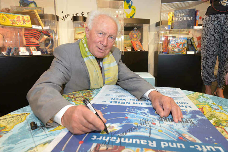 Sigmund Jähn (79) nahm sich Zeit und signierte das Foto des Entertainers mit einer liebevollen Botschaft.