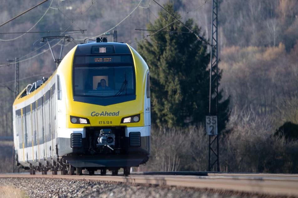 Ein Zug des privaten Anbieters GoAhead auf der Filstalbahnstrecke.