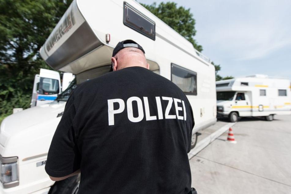 Ein Polizist kontrolliert an der Autobahn ein Wohnmobil. Weil viele Gefährte zur sommerlichen Reisezeit überladen sind, verstärkt die Polizei nun ihre Kontrollen.