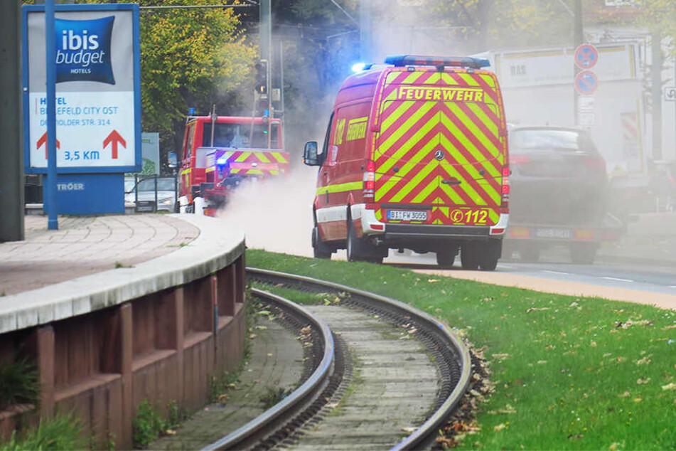 Die Feuerwehr Bielefeld musste im gesamten Stadtgebiet die Ölspur abstreuen.