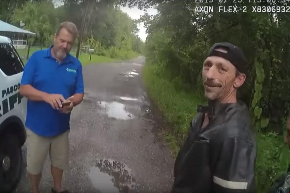 Lonnie Maddox (52, r.) wird festgenommen. Polizisten filmten den Einsatz mit Bodycams.