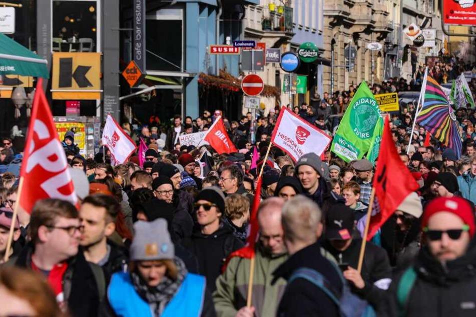 Tausende Menschen gingen am Samstag in Dresden gegen Neonazis auf die Straße.