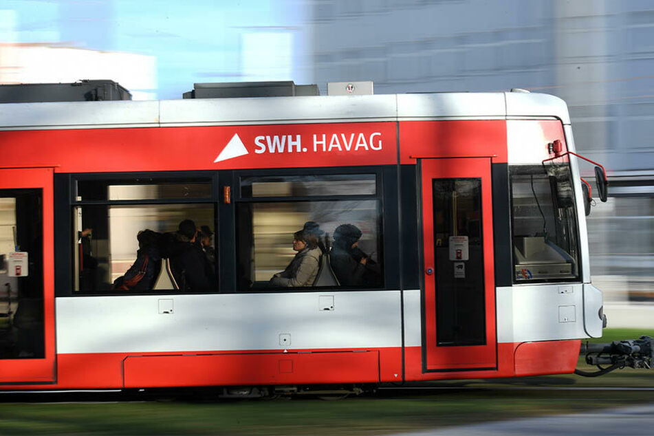 Der unbekannte sprühte in einer Straßenbahn in Halle wahllos mit Reizgas um sich. (Archivbild)