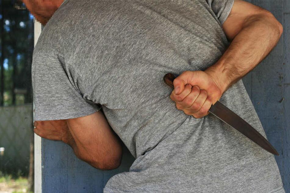 Der Täter versuchte mit einem Messer auf den Afghanen einzustechen. (Symbolbild)