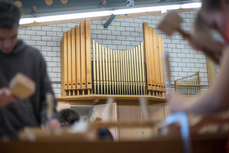 Schüler während des Fachbereichs Orgelbau an der Oscar-Walcker-Schule in Ludwigsburg.