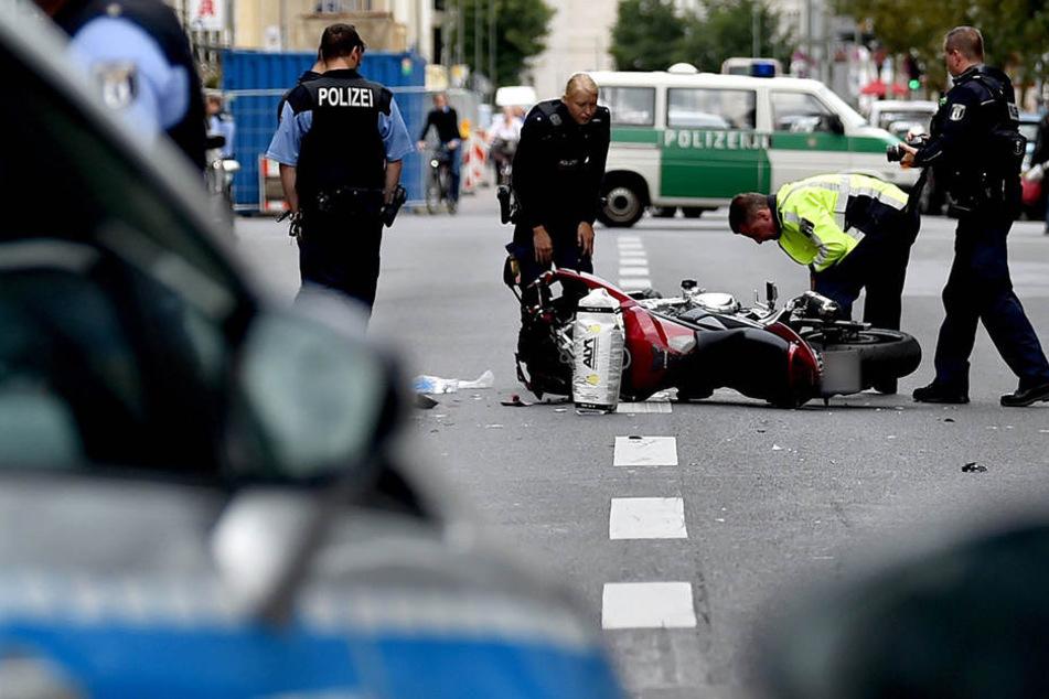 Motorrad stößt mit Fußgängerinnen zusammen: Drei Verletzte