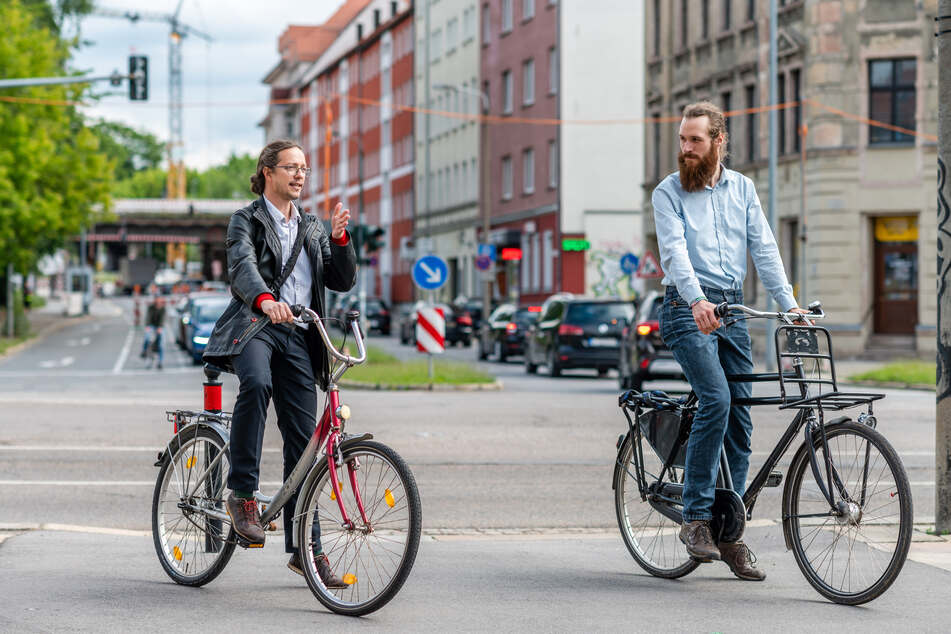 Die NUMIC-Projektmitarbeiter Frank Feuerbach (l.) und Bjarne Lotze testen die Route B, die vom Campus der TU über den Bernsbachplatz führt.