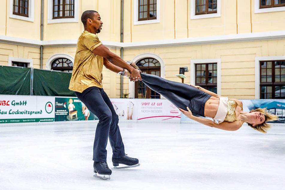 """Annette Dytrt (34) und Yannick Bonheur (35) lieferten auf der Eislaufbahn des Hotels Kempinski einen kleinen Vorgeschmack auf die """"Holiday on Ice""""-Show """"Time""""."""