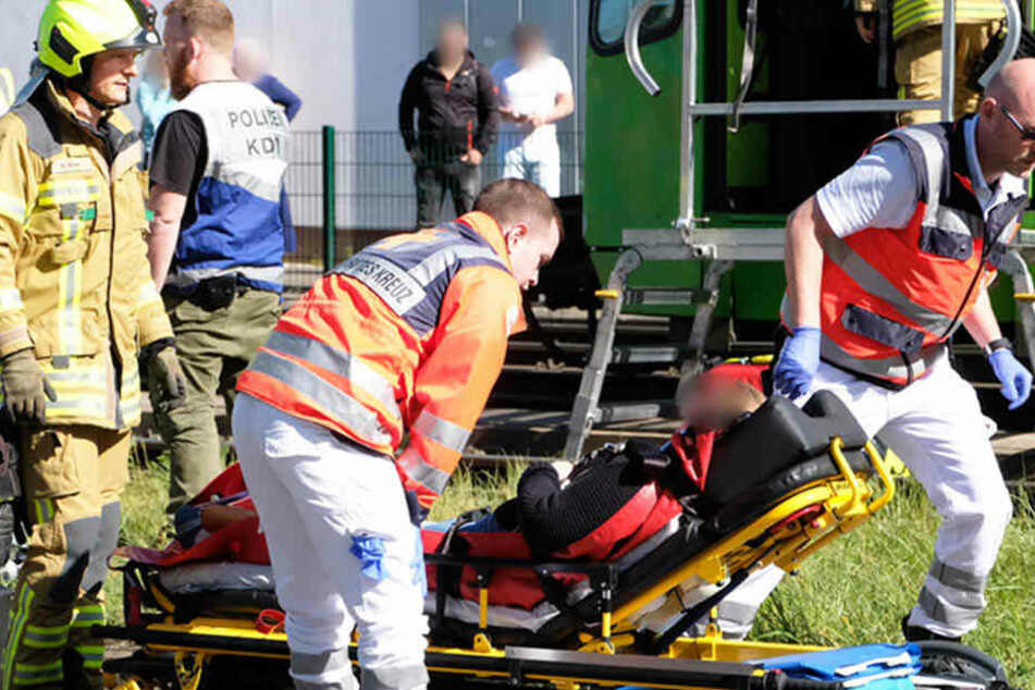 Rettungskräfte kümmerten sich um eine verletzte Person.